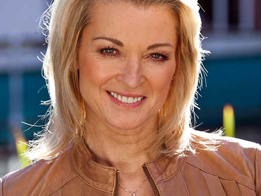 Sandy Roscoe (Gillian Taylforth)