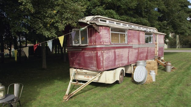 Episode 5 - Beach Hut, Showman's Carriage and War Vehicle