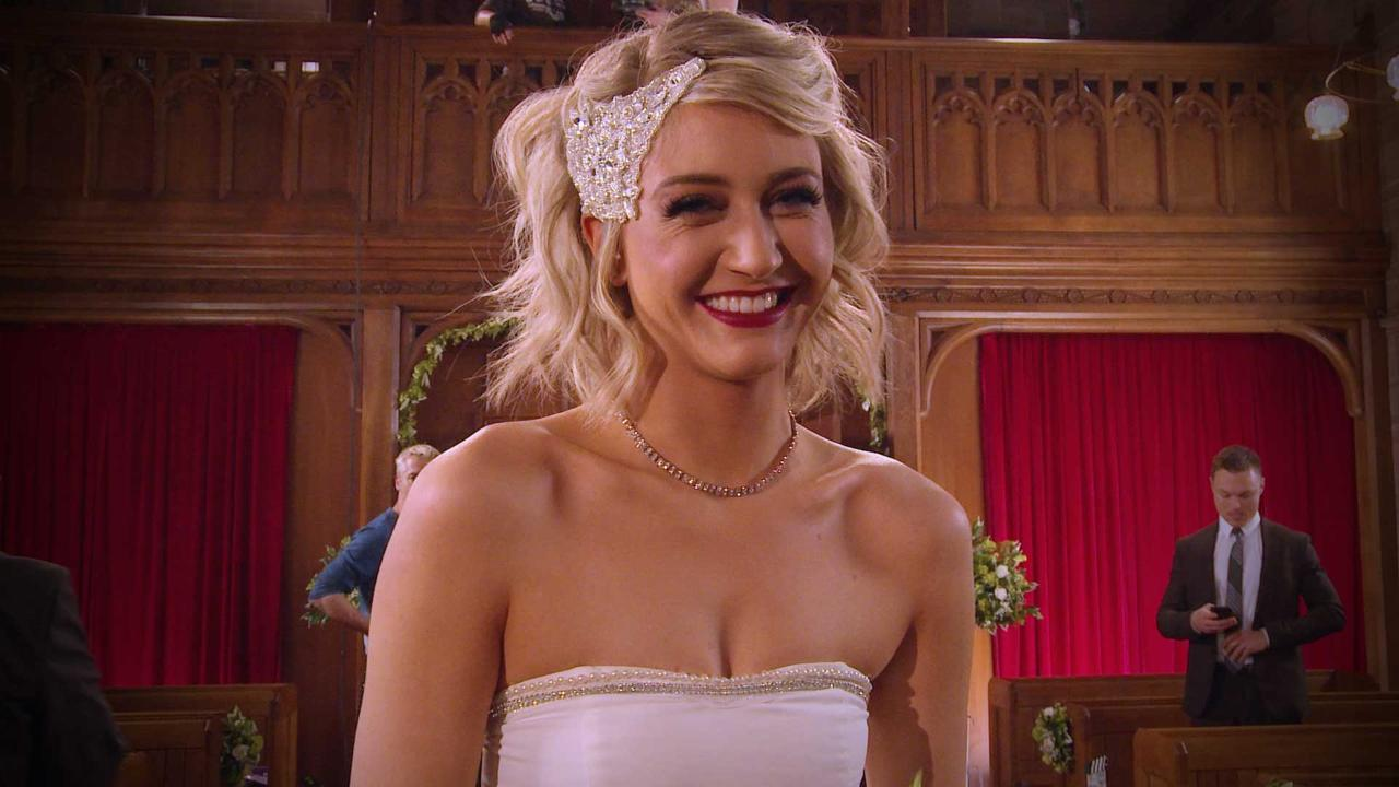 #HollyGoss - First Look at Amy's Wedding Dress!