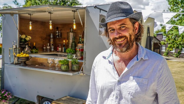 George Clarke's Amazing Spaces - Narrow Boat & Prosecco Bar
